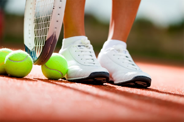 b4ffda3845 Vai jogar tênis  Veja nossas dicas e acerte na hora de comprar o calçado!  Publicado por Pró Spin ...